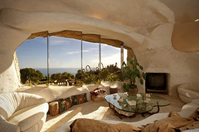 Dick-Clarks-Flintstones-House-in-Malibu-0-934x