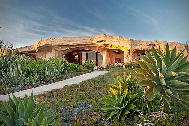 Dick-Clarks-Flintstones-House-in-Malibu-1-934x