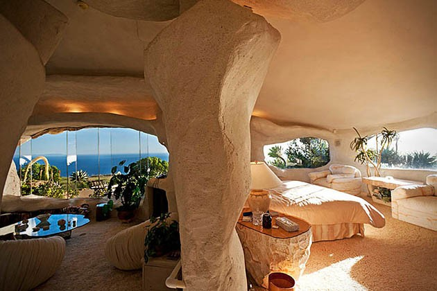 Dick-Clarks-Flintstones-House-in-Malibu-6-934x